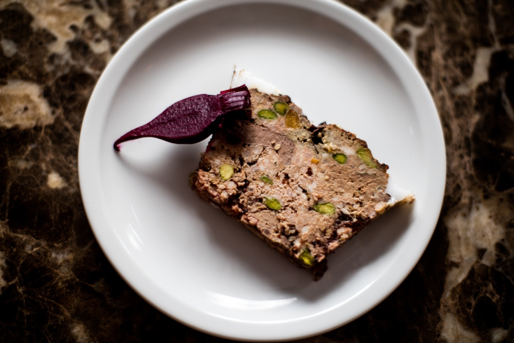 Terrine de campagne et pickles de mini-betteraves